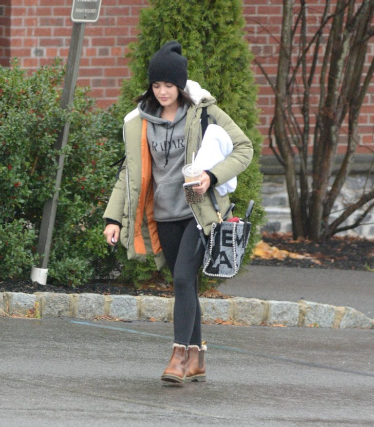 Lucy Hale Out with Her Dog in New York 2020/11/26 6