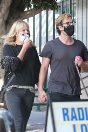 Malin Akerman and Jack Donnelly at Figaro Bistrot in Los Feliz 2020/11/23 8