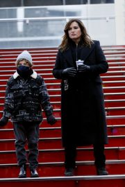 Mariska Hargitay on the set of Law & Order: Special Victims Unit in New York 2020/11/22 3
