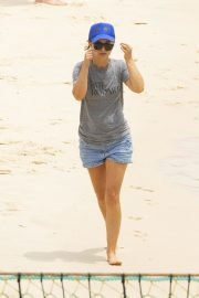 Natalie Portman flashes her legs in Short Out at Shark Beach in Vaucluse 2020/11/22 4