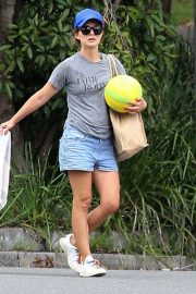 Natalie Portman flashes her legs in Short Out at Shark Beach in Vaucluse 2020/11/22 6