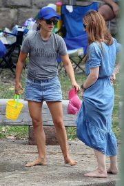 Natalie Portman flashes her legs in Short Out at Shark Beach in Vaucluse 2020/11/22 7