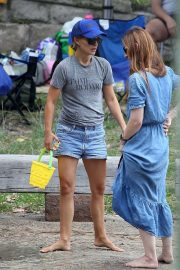 Natalie Portman flashes her legs in Short Out at Shark Beach in Vaucluse 2020/11/22 8