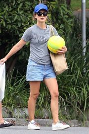 Natalie Portman flashes her legs in Short Out at Shark Beach in Vaucluse 2020/11/22 9