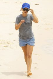 Natalie Portman flashes her legs in Short Out at Shark Beach in Vaucluse 2020/11/22 10