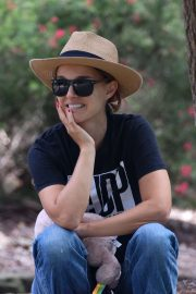 Natalie Portman in Back T-Shirt with Denim Out a Park in Sydney 2020/11/24 7