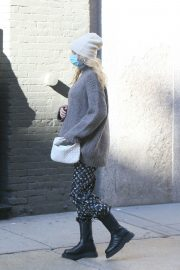 Pregnant Elsa Hosk in High Neck Sweater Out in New York 2020/11/20 1