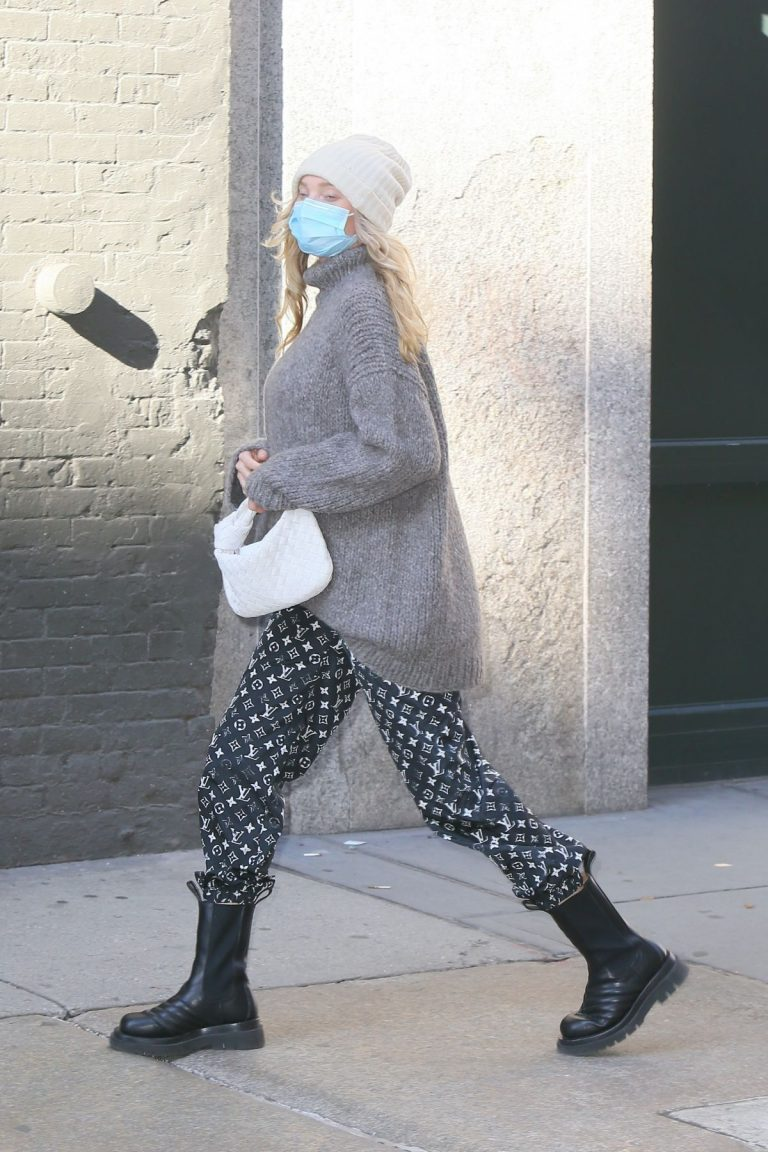 Pregnant Elsa Hosk in High Neck Sweater Out in New York 2020/11/20 2