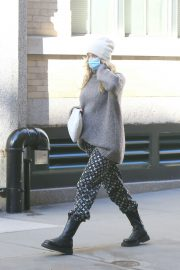 Pregnant Elsa Hosk in High Neck Sweater Out in New York 2020/11/20 3