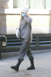 Pregnant Elsa Hosk in High Neck Sweater Out in New York 2020/11/20 4