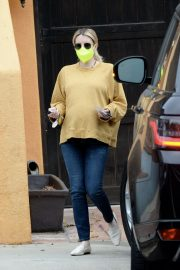 Pregnant Emma Roberts in Mellow Color Top with Dark Jeans Out in Los Angeles 2020/11/23 4