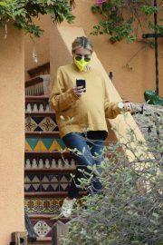 Pregnant Emma Roberts in Mellow Color Top with Dark Jeans Out in Los Angeles 2020/11/23 5