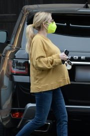 Pregnant Emma Roberts in Mellow Color Top with Dark Jeans Out in Los Angeles 2020/11/23 6