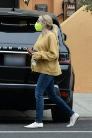 Pregnant Emma Roberts in Mellow Color Top with Dark Jeans Out in Los Angeles 2020/11/23 7