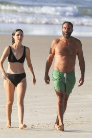 Rose Byrne and Bobby Cannavale at Wategos Beach in Byron Bay 2020/10/22 1
