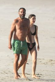 Rose Byrne and Bobby Cannavale at Wategos Beach in Byron Bay 2020/10/22 5
