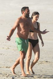 Rose Byrne and Bobby Cannavale at Wategos Beach in Byron Bay 2020/10/22 6