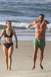 Rose Byrne and Bobby Cannavale at Wategos Beach in Byron Bay 2020/10/22 7