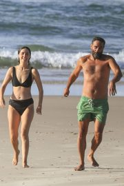 Rose Byrne and Bobby Cannavale at Wategos Beach in Byron Bay 2020/10/22 12