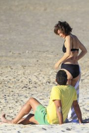 Rose Byrne and Bobby Cannavale at Wategos Beach in Byron Bay 2020/10/22 15