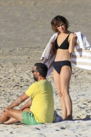 Rose Byrne and Bobby Cannavale at Wategos Beach in Byron Bay 2020/10/22 16