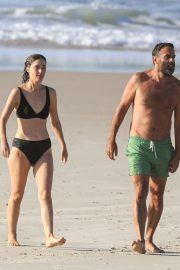 Rose Byrne and Bobby Cannavale at Wategos Beach in Byron Bay 2020/10/22 17