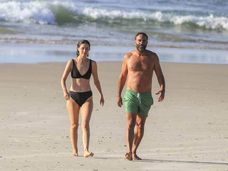 Rose Byrne and Bobby Cannavale at Wategos Beach in Byron Bay 2020/10/22 18