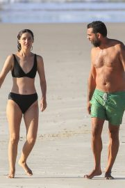 Rose Byrne and Bobby Cannavale at Wategos Beach in Byron Bay 2020/10/22 19