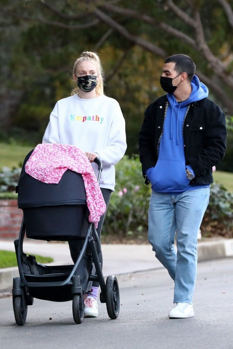 Sophie Turner and Joe Jonas Out with Daughter Willa in Los Angeles 11/27/2020 8