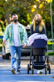 Sophie Turner and Joe Jonas Out with Their Daughter Willa in Los Angeles 2020/11/16 7