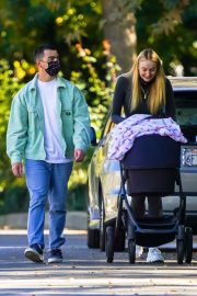 Sophie Turner and Joe Jonas Out with Their Daughter Willa in Los Angeles 2020/11/16 8