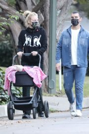 Sophie Turner and Joe Jonas Out with Their Daughter Willa in Los Angeles 2020/11/22 3