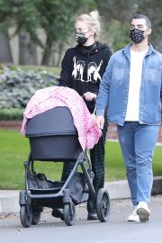 Sophie Turner and Joe Jonas Out with Their Daughter Willa in Los Angeles 2020/11/22 4