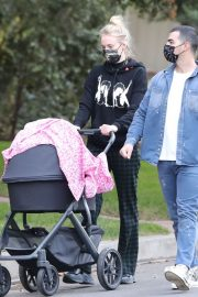 Sophie Turner and Joe Jonas Out with Their Daughter Willa in Los Angeles 2020/11/22 5
