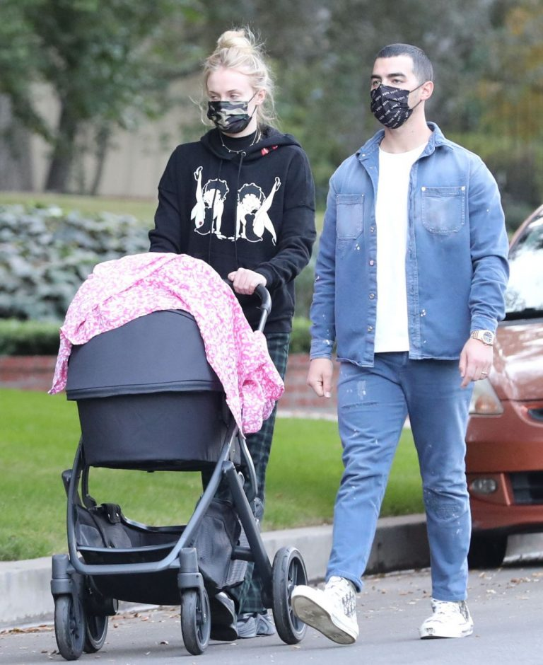 Sophie Turner and Joe Jonas Out with Their Daughter Willa in Los Angeles 2020/11/22 7