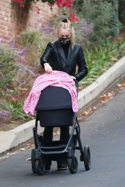Sophie Turner Out with Her Daughter in Los Angeles 2020/11/23 8
