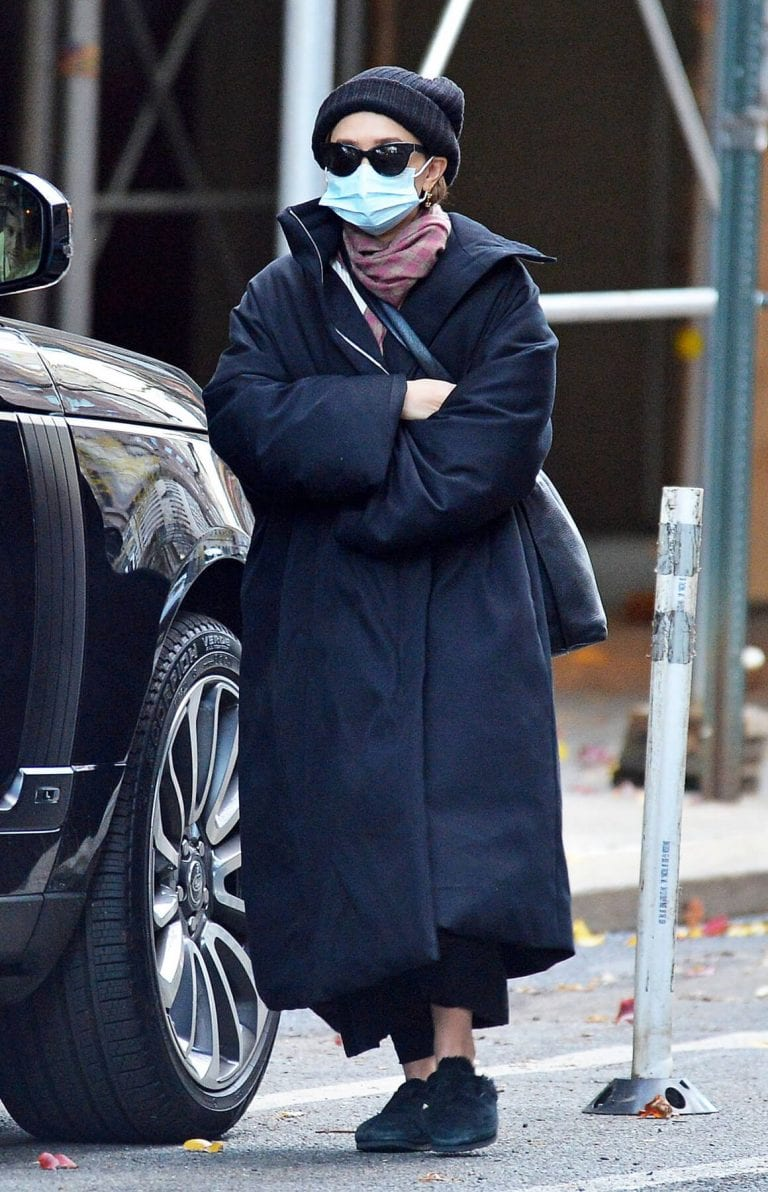 Ashley Olsen om Long Overcoat Out and About in New York 11/29/2020 8
