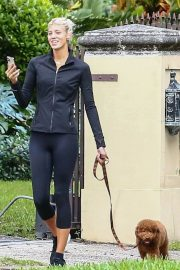 Devon Windsor flashes her abs Out with her Dog in Miami 11/24/2020 8