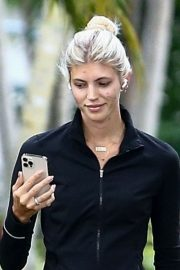Devon Windsor flashes her abs Out with her Dog in Miami 11/24/2020 9