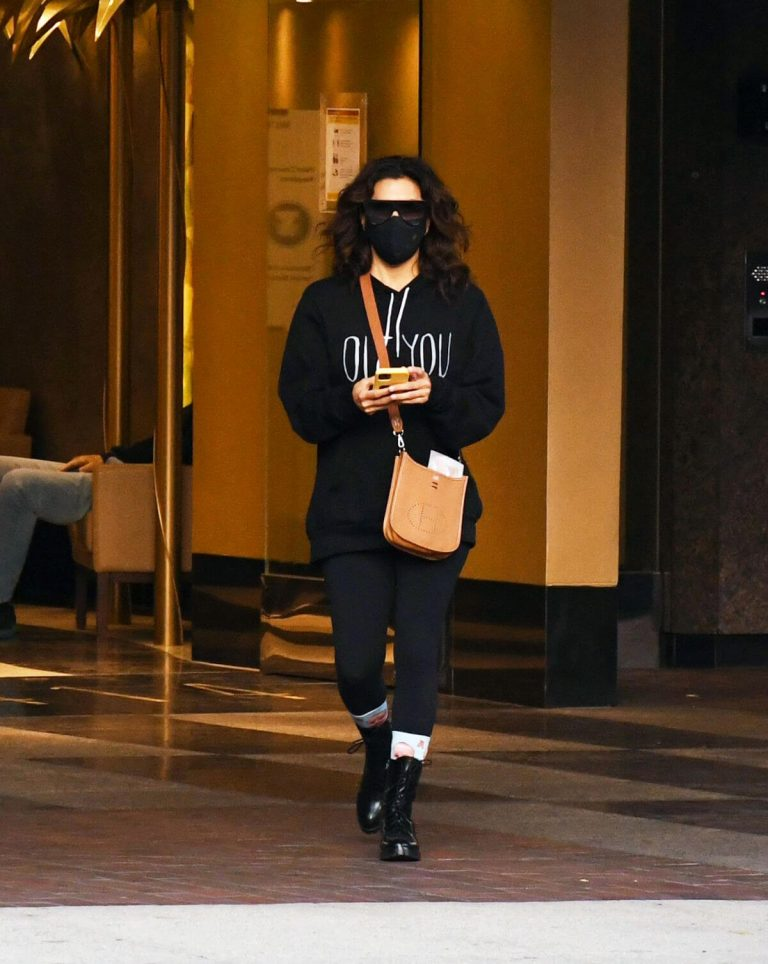 Eva Longoria seen Black Outfit and Wearing a Mask Out in Los Angeles 11/23/2020 8