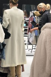 Gigi and Yolanda Hadid Shopping at Zara Store in King of Prussia in Pennsylvania 11/24/2020 2
