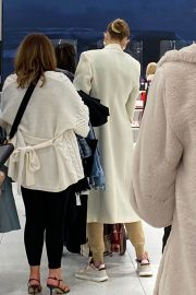 Gigi and Yolanda Hadid Shopping at Zara Store in King of Prussia in Pennsylvania 11/24/2020 3