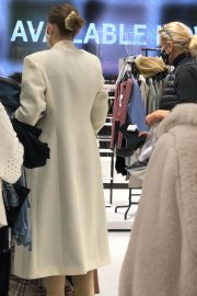 Gigi and Yolanda Hadid Shopping at Zara Store in King of Prussia in Pennsylvania 11/24/2020 4