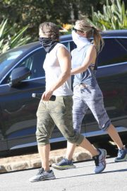 Gwyneth Paltrow and Brad Falchuk Out Hiking in Los Angeles 12/05/2020 6