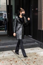 Hailey Baldwin seen in Fully Black Outfit goes for Her Apartment in New York 12/01/2020 3