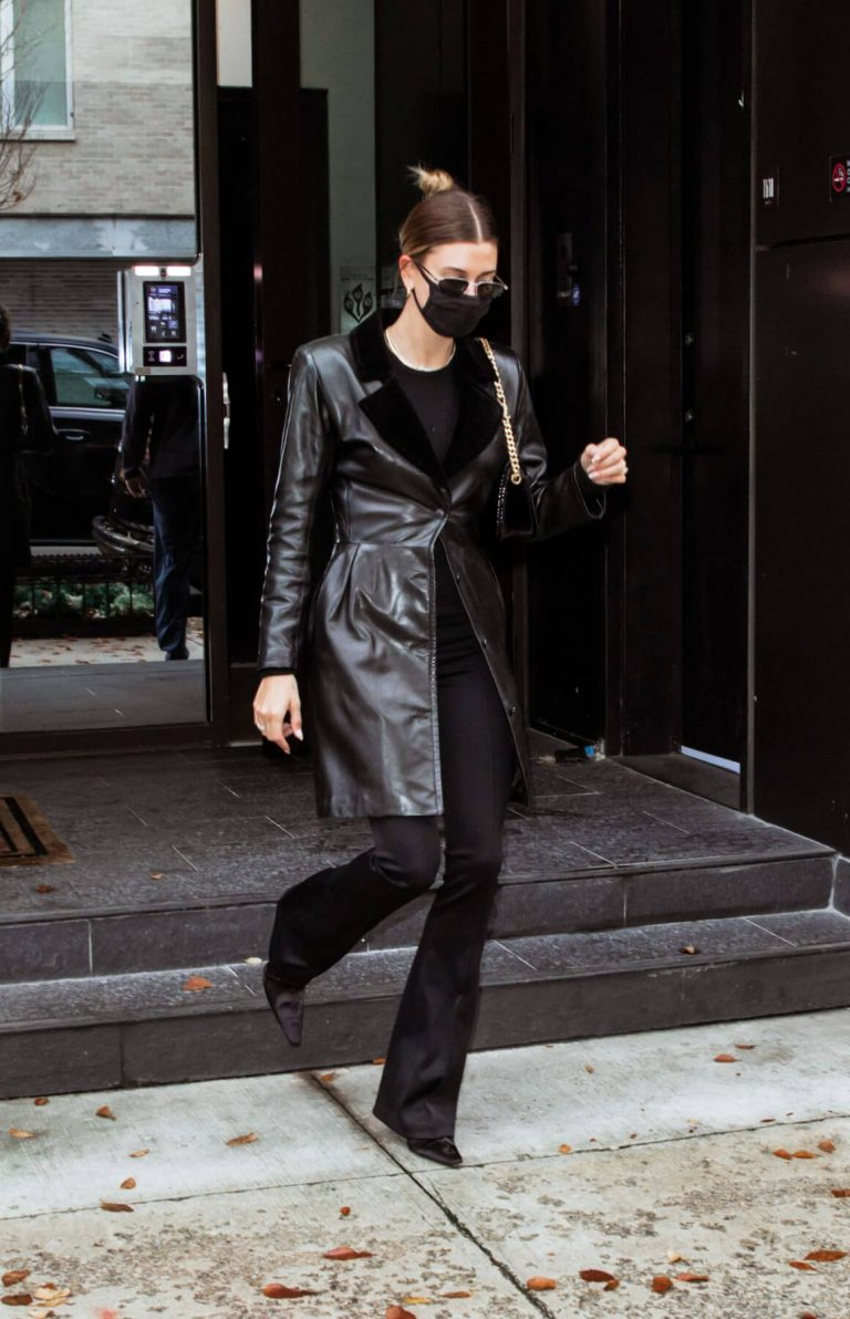 Hailey Baldwin seen in Fully Black Outfit goes for Her Apartment in New York 12/01/2020 6