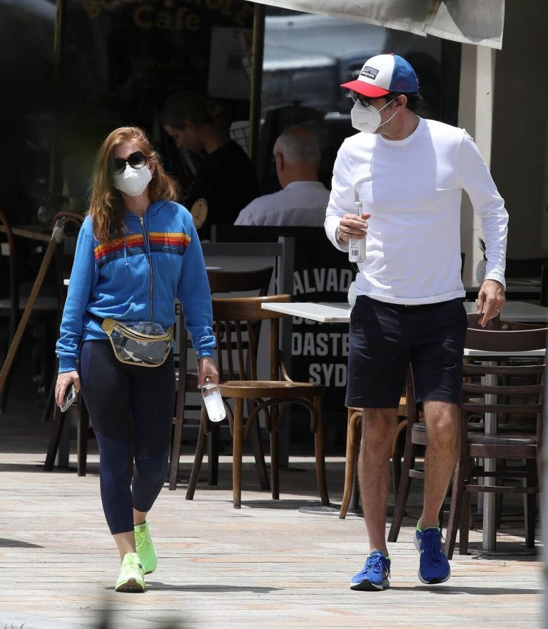 Isla Fisher with her husband Sacha Baron Cohen Out for Breakfast in Sydney 11/24/2020 3