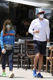 Isla Fisher with her husband Sacha Baron Cohen Out for Breakfast in Sydney 11/24/2020 4