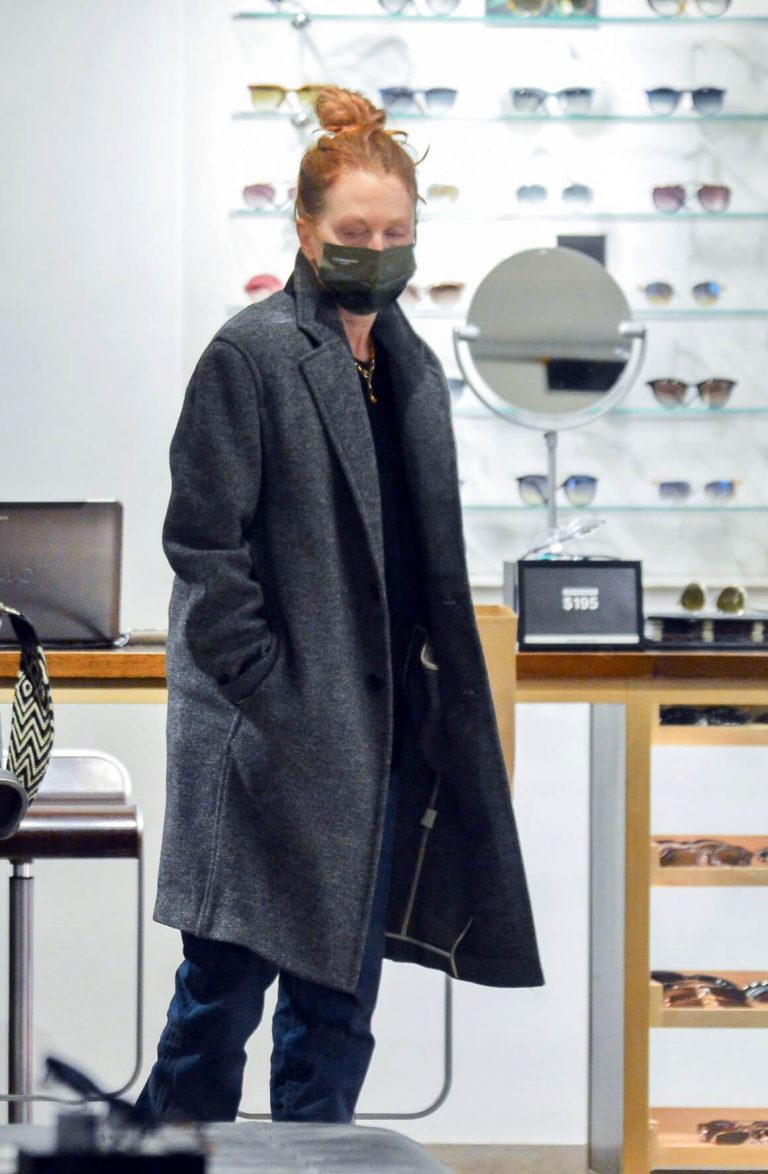 Julianne Moore Shopping for Eyeglasses Shop in New York 12/03/2020 4
