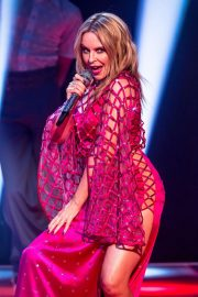 Kylie Minogue Performs at Jonathon Ross Show in London 12/03/2020 5